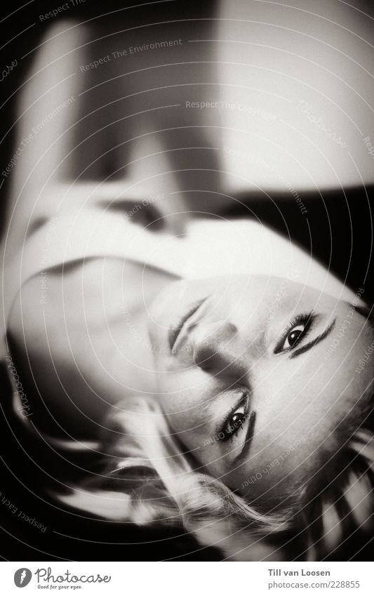 upsidedown Haare & Frisuren Gesicht feminin 1 Mensch 18-30 Jahre Jugendliche Erwachsene blond ästhetisch schwarz weiß Gefühle elegant Erholung liegen