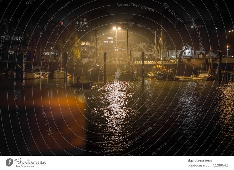 Hamburg Oevelgönne Nacht Nebel Europa Deutschland Elbe Stadt Hafen Wasser Kanal Wolken dramatisch nass Wasserfahrzeug Steg kalt Abend Anlegestelle dunkel