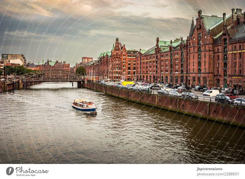 Hamburg Speicherstadt Europa Deutschland Elbe Stadt Hafen Wasser Kanal Industrie Wolken Himmel traumhaft schön Alte Speicherstadt Anlegestelle Wasserfahrzeug