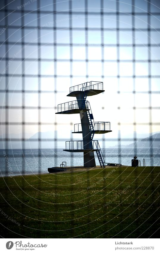 ein tag am see Sport Wassersport Schwimmbad Gitternetz Beton Metall Stahl Rost alt Stimmung Klima Farbfoto Außenaufnahme Menschenleer Tag Licht Schatten