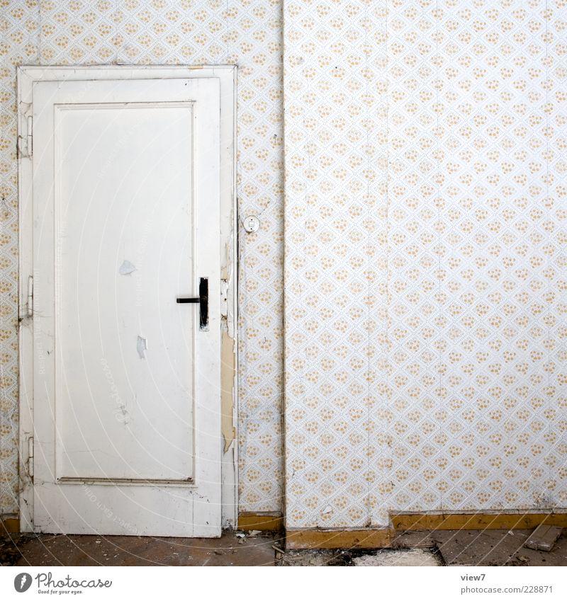 reingehn raus gucken :: Tapete Raum Mauer Wand Tür Holz Ornament Linie alt authentisch retro Klischee trist Ordnungsliebe Armut ästhetisch Design einzigartig
