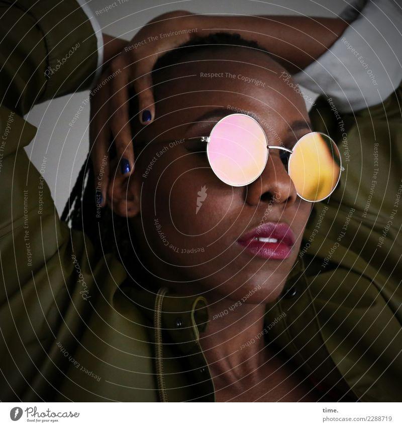 Tash Lippenstift Nagellack feminin Frau Erwachsene 1 Mensch Mantel Sonnenbrille schwarzhaarig langhaarig beobachten Denken festhalten Blick außergewöhnlich
