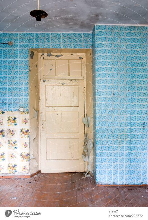 rausgehn rein gucken :: alt blau Wand Holz Mauer Traurigkeit Tür Raum Beton authentisch kaputt Zukunft trist Wandel & Veränderung Häusliches Leben retro
