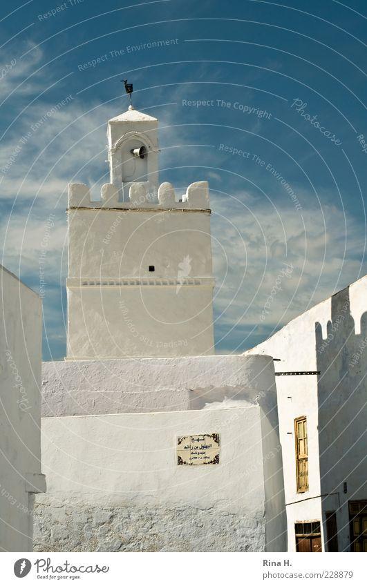 Kairouan Himmel blau weiß Sommer Wolken Haus Ferne Wand Architektur Religion & Glaube Mauer Fassade Schilder & Markierungen Hoffnung Turm Zeichen