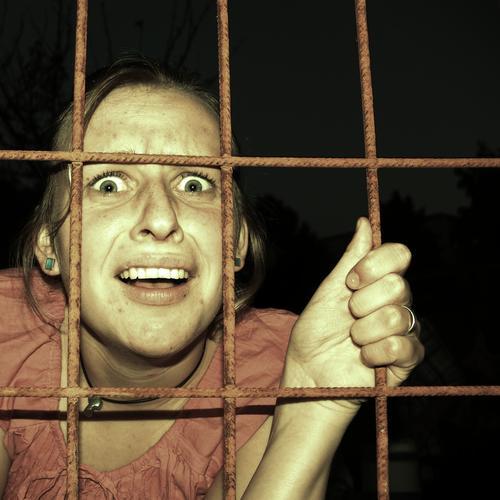 Hinter Gittern Mensch Jugendliche dunkel Freiheit Traurigkeit Angst fallen Todesangst Gewalt Verzweiflung kämpfen gefangen Platzangst Junge Frau Hilferuf