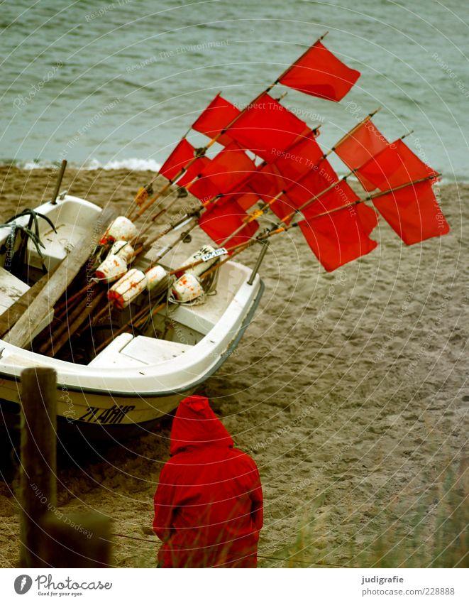 Rot am Strand Mensch 1 Umwelt Natur Landschaft Klima Küste Ostsee Meer Fischerboot sitzen warten rot Stimmung Fahne Kapuze Regenjacke Farbfoto Außenaufnahme Tag