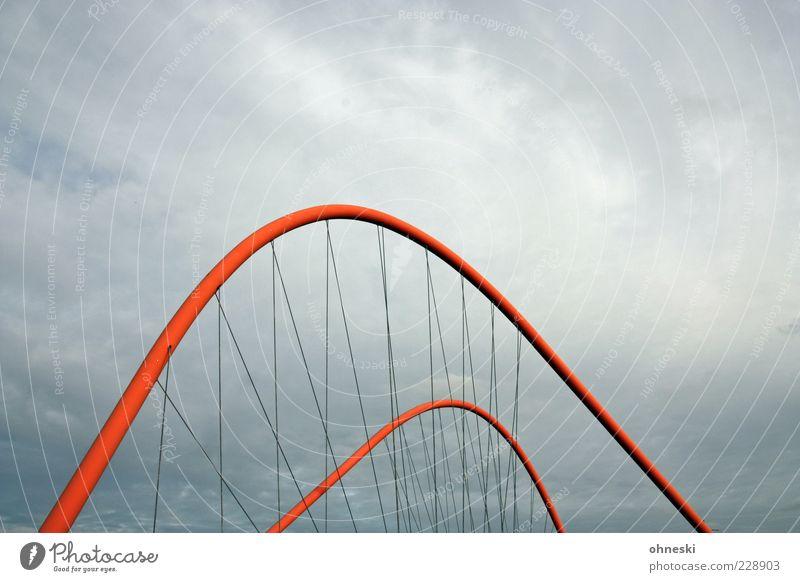 Brückenschlag [BO III] rot Wolken Architektur grau Wetter Brücke Bauwerk Stahlkabel Verbindung schlechtes Wetter Bogen Gewitterwolken gekrümmt Hängebrücke Brückenpfeiler graue Wolken