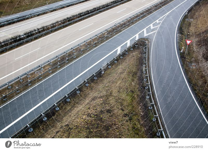 Auffahrt Winter Gras Verkehrswege Straße Straßenkreuzung Autobahn Beton Schilder & Markierungen Hinweisschild Warnschild ästhetisch authentisch einfach frisch