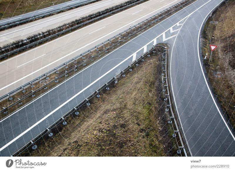 Auffahrt Winter Straße Gras grau Schilder & Markierungen Beton modern frisch authentisch ästhetisch Hinweisschild Sauberkeit einfach Asphalt Autobahn