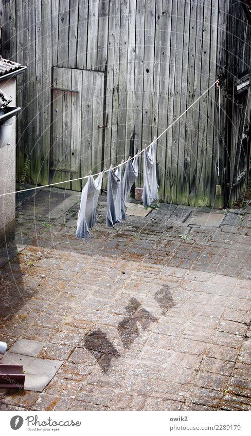 Trocken Wind Gebäude Scheune Mauer Wand Fassade Tür Hof Arbeitsbekleidung Hemd Textilien Wäscheleine trocknen Stein Holz Bewegung hängen Zusammensein beweglich
