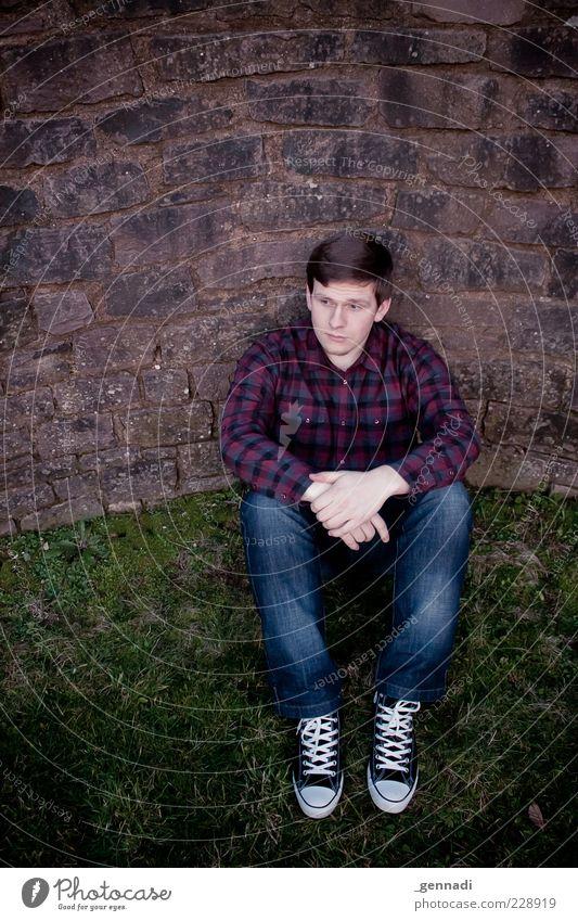 ¦¦¡¦¦ Mensch Mann Jugendliche schön Erwachsene kalt Gras Traurigkeit Mauer sitzen warten maskulin ästhetisch authentisch Coolness