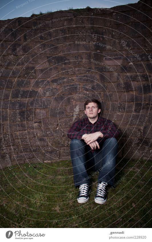? Mensch maskulin Junger Mann Jugendliche Erwachsene 1 18-30 Jahre Gras Mauer Hemd Jeanshose Schuhe Chucks brünett kurzhaarig sitzen trendy schön einzigartig