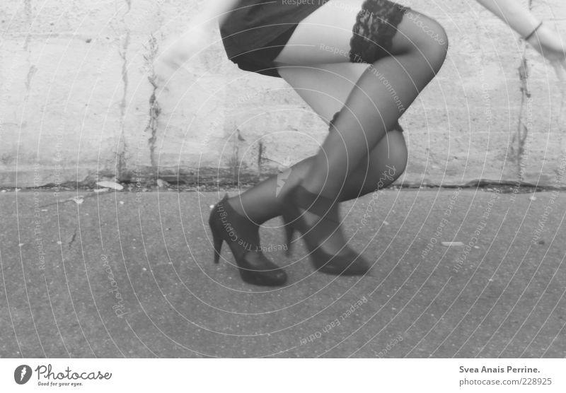 sprung. feminin Junge Frau Jugendliche Gesäß Beine Fuß 1 Mensch 18-30 Jahre Erwachsene Mauer Wand Mode Strumpfhose Unterwäsche Schuhe Damenschuhe Beton springen