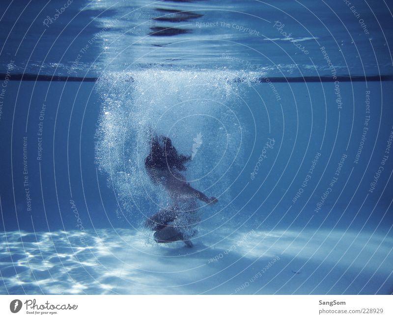 Blubberblasen Jump Kind Kindheit 1 Mensch Wasser Sommer Schwimmbad Spielen springen tauchen blau Freizeit & Hobby Kühlung Schwimmen & Baden Wasserblase Farbfoto