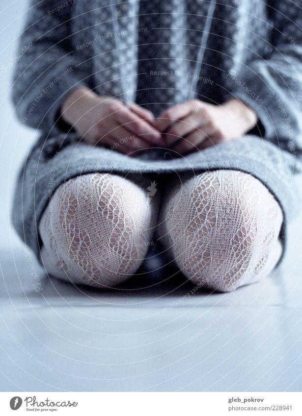 Mensch Kind Jugendliche Beine Mode Arme sitzen authentisch Stoff Junge Frau 13-18 Jahre