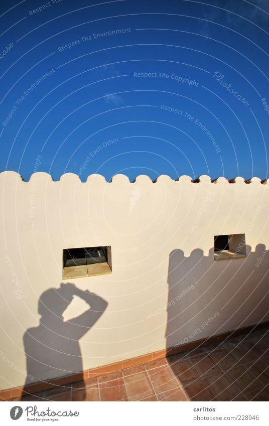Ich hab'n Schatten Himmel blau Sommer Fenster Wand braun Fliesen u. Kacheln Schönes Wetter Putz Terrasse Fotograf Fotografieren mediterran Terrakotta Wellenform