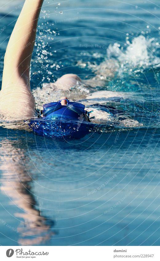 Entspannt in Rückenlage Mensch Frau blau Wasser weiß ruhig Erwachsene Bewegung Schwimmen & Baden Arme nass frisch Schwimmsport Fitness sportlich Dynamik