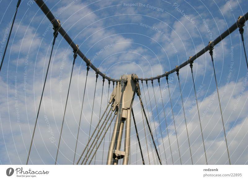 Himmelsbrücke streben Fußgänger Wolken Stahl Magdeburg Brücke Übergang Freiheit frei Graffiti Metall Silhouette Kabel