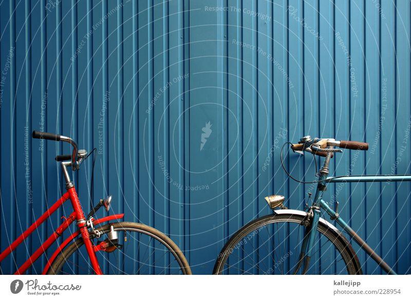 linienverkehr alt blau rot Wand Linie orange Fahrrad parken Nostalgie Container nachhaltig Verkehrsmittel anlehnen Damenfahrrad