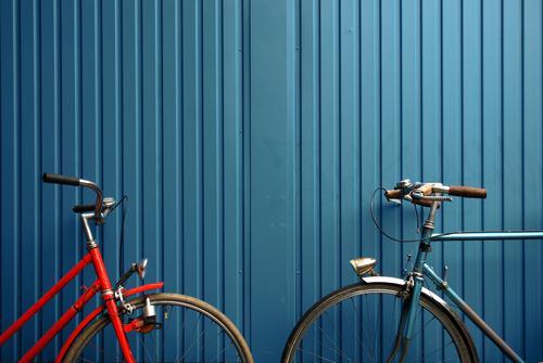 linienverkehr Verkehrsmittel Fahrrad Nostalgie nachhaltig Container blau orange Kontrast Linie Farbfoto mehrfarbig Außenaufnahme Menschenleer Totale anlehnen