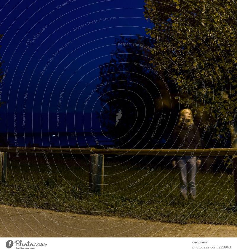 Blaue Stunde Lifestyle Stil Freiheit Mensch Junge Frau Jugendliche 18-30 Jahre Erwachsene Umwelt Natur Landschaft Baum Wiese Seeufer Bewegung Einsamkeit
