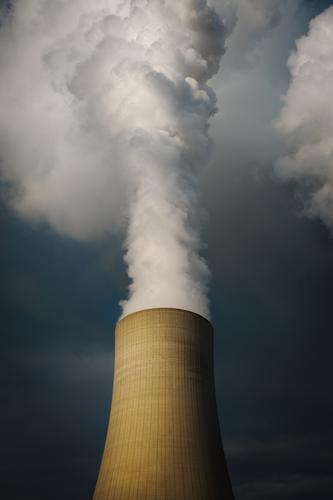 1700 | noch raucht der Schornstein Kernkraftwerk Kohlekraftwerk Himmel Wolken Kühlturm Wasserdampf Rauchen authentisch bedrohlich dunkel gigantisch gefährlich