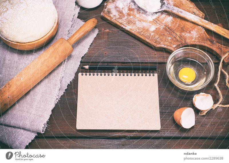 Teig mit Zutaten auf einem braunen Holztisch Lebensmittel Teigwaren Backwaren Brot Schalen & Schüsseln Löffel Tisch Küche Papier Essen frisch natürlich oben