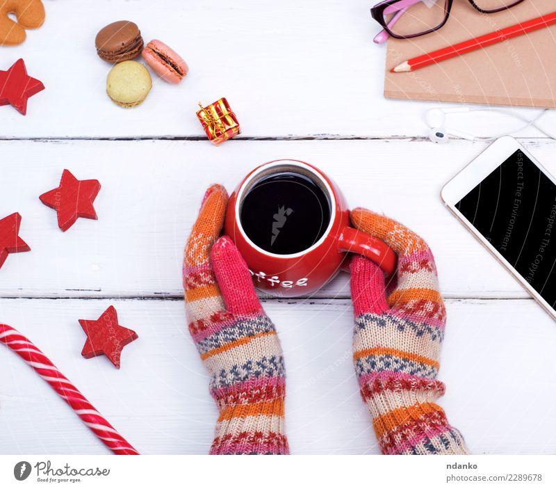 Hände in gestrickten Handschuhen halten eine rote Tasse Frau Weihnachten & Advent weiß Erholung Winter Erwachsene Holz Lebensmittel Feste & Feiern oben Körper