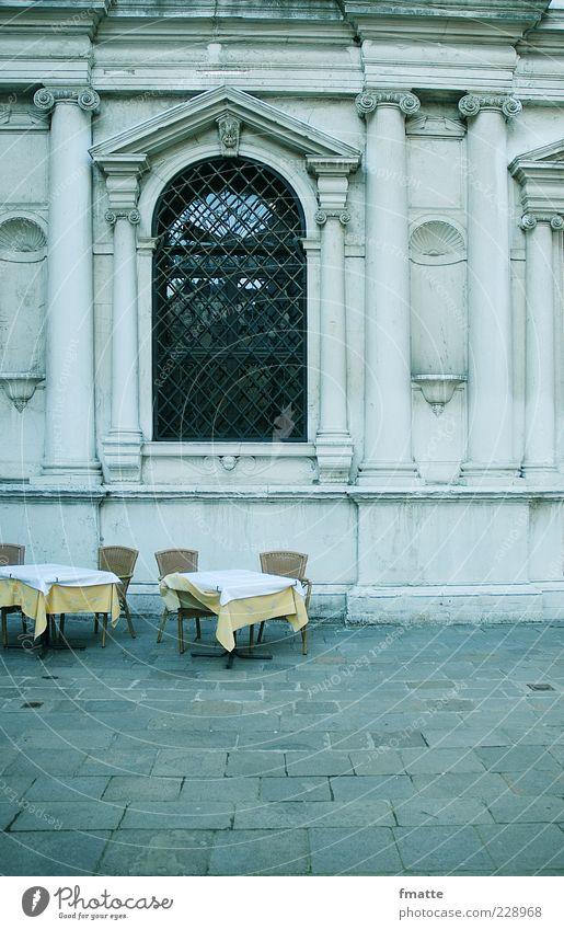 italien Tisch Stuhl Italien Gastronomie leer Farbfoto Außenaufnahme Textfreiraum unten Tag Starke Tiefenschärfe Zentralperspektive Menschenleer Restaurant