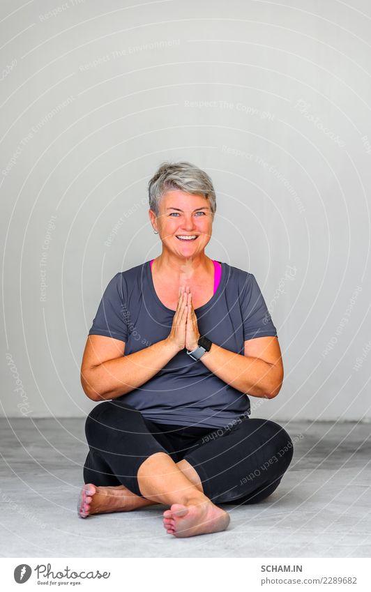Yogaschüler, die verschiedene Yogahaltungen zeigen. Sitzende Pose Lifestyle Erholung Windstille Meditation Mensch Frau Erwachsene 1 45-60 Jahre sitzen schön