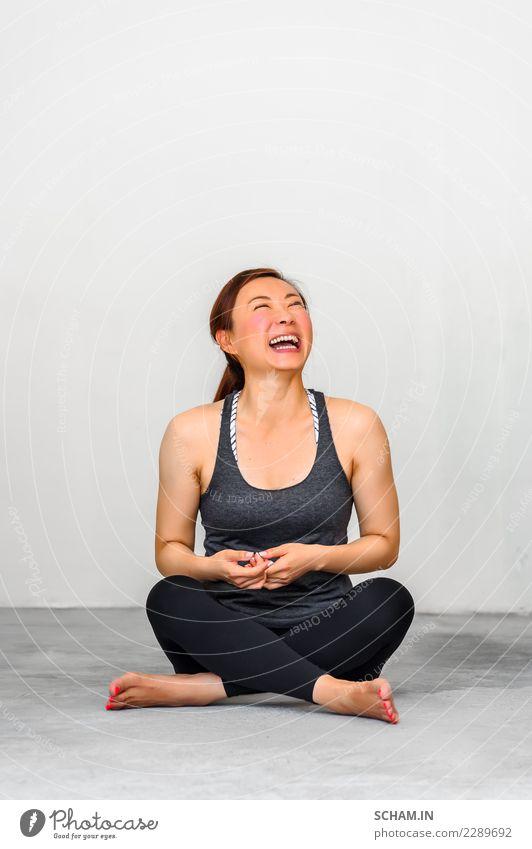 Yogaschüler, die verschiedene Yogastellungen zeigen. Lifestyle Erholung Sport Mensch feminin Junge Frau Jugendliche Erwachsene 1 18-30 Jahre lachen sitzen schön