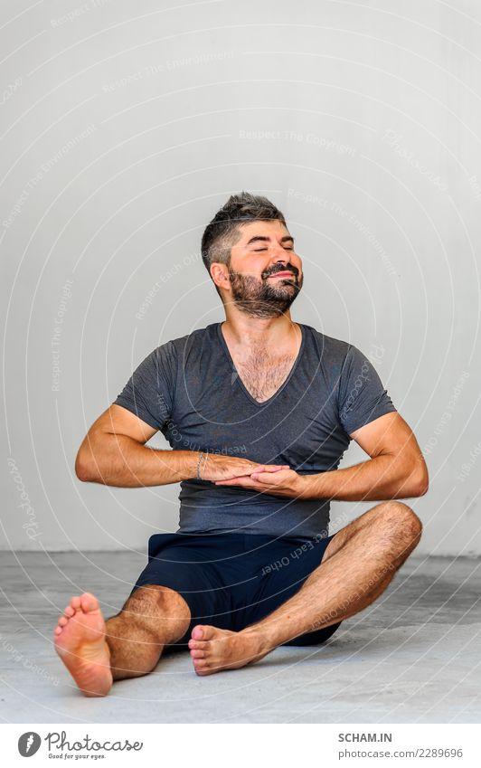 Yogaschüler, die verschiedene Yogahaltungen zeigen. Mensch Mann Erholung ruhig Erwachsene Lifestyle maskulin nachdenklich sitzen Lächeln einzigartig