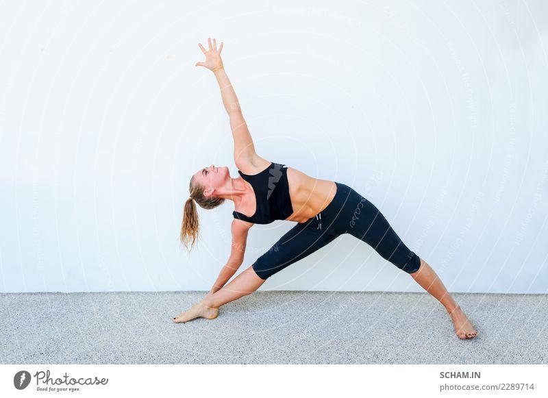 Yogaschüler, die verschiedene Yogastellungen zeigen. Lifestyle Erholung Sport Erwachsene einzigartig Identität Trikonasana Yoga-Pose Yin Yang Yoga Ausbildung