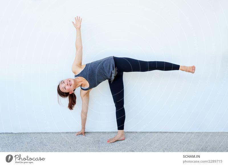 Yogaschüler, die verschiedene Yogastellungen zeigen. Lifestyle Erholung Sport Erwachsene einzigartig Identität Yin Yang Yoga Ausbildung Nur für Erwachsene