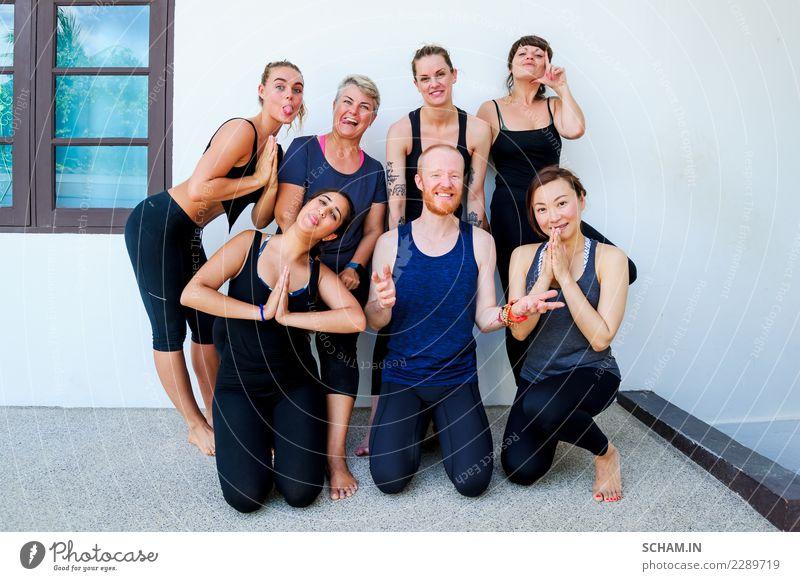 Weibliche Yogaschülerinnen und ihre Yogalehrerin. Gruppenfoto Lifestyle Erholung Windstille Mensch feminin Junge Frau Jugendliche Erwachsene Mann Freundschaft