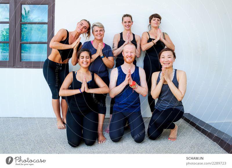 Weibliche Yogaschüler und ihre Yogalehrerin. Lifestyle Erholung Sport Erwachsene Menschengruppe sitzen einzigartig Identität Yin Yang Yoga Ausbildung
