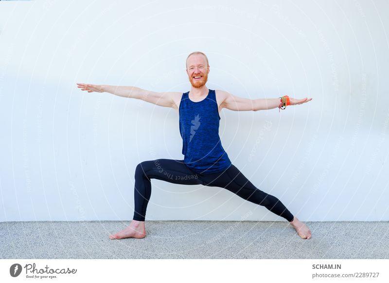 Yogaschüler, die verschiedene Yogahaltungen zeigen. Warrior II und ein Lächeln in die Kamera Lifestyle sportlich Fitness Erholung Mensch maskulin Mann