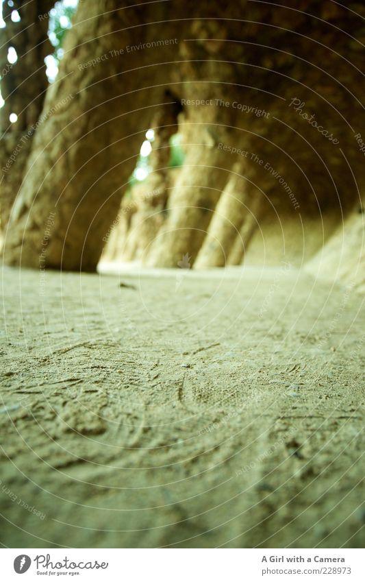 biting the dust Sand Stein Boden Spuren Sightseeing Sehenswürdigkeit Barcelona Bogen Kolonnaden Park Güell