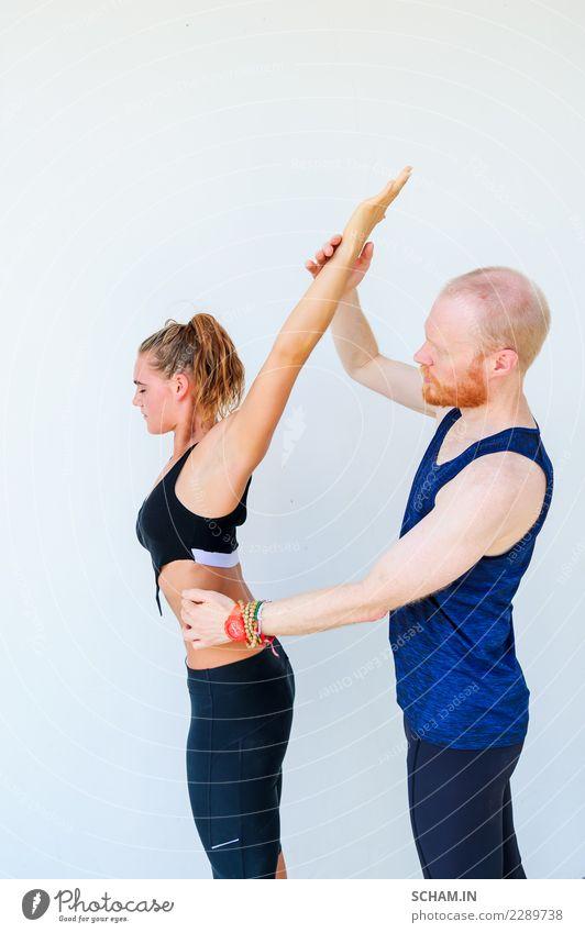 Yogaschüler, die verschiedene Yogahaltungen zeigen. Mensch Jugendliche Mann Junge Frau schön Erholung ruhig 18-30 Jahre Erwachsene Lifestyle Sport