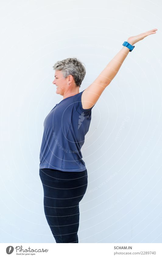 Frau Mensch blau Farbe Erholung Erwachsene Lifestyle Gefühle Sport Glück grau frei nachdenklich 45-60 Jahre stehen Fröhlichkeit