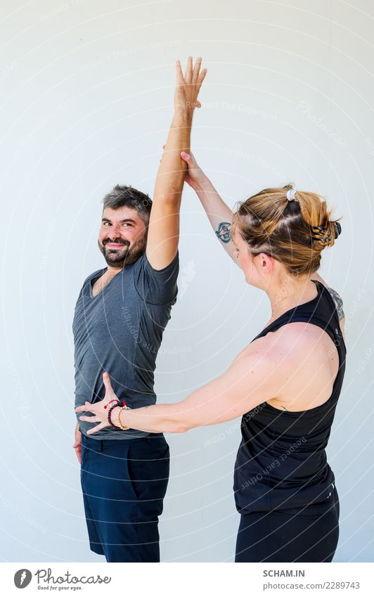 Yogaschüler, die verschiedene Yogahaltungen zeigen. Mensch Jugendliche Mann Junge Frau schön Erholung ruhig 18-30 Jahre Erwachsene Lifestyle Sport feminin