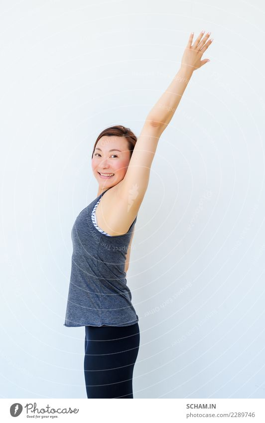 Yogaschüler, die verschiedene Yogahaltungen zeigen. Glückliche chinesische Dame Lifestyle Erholung Sport Erwachsene sitzen einzigartig Identität
