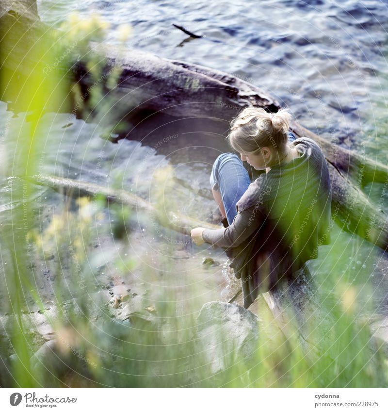 Nah am Wasser Mensch Natur Jugendliche Wasser schön Ferien & Urlaub & Reisen Sommer ruhig Erwachsene Erholung Umwelt Leben Freiheit träumen Zeit Zufriedenheit