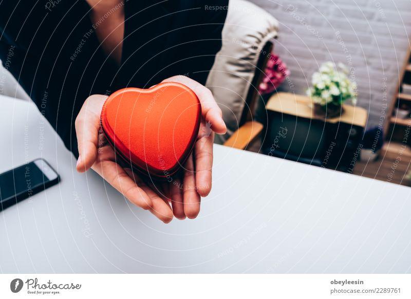 Hand, die ein rotes Herz, Valentinstagliebe hält Leben Mensch Frau Erwachsene Mutter Großmutter alt Liebe Zusammensein schwarz Leidenschaft Mitgefühl