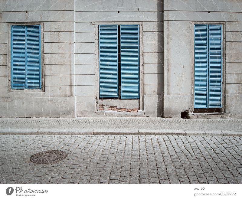 Aufgegeben alt blau Haus Fenster Straße Wand Holz Gebäude Mauer Stein grau Fassade Metall trist geschlossen historisch