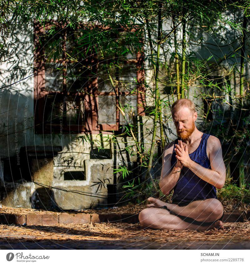 Porträt eines Yogalehrers. Rothaariger Mann mit rotem Bart, der die Lotus-Pose zeigt Lifestyle Erholung Windstille Meditation Mensch maskulin Erwachsene 1