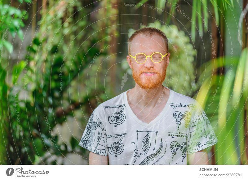 Yogalehrer Porträt. Roter Haarmann mit einem roten Bart. Mensch Mann schön grün weiß Erholung ruhig Erwachsene Lifestyle Gesundheitswesen Garten Freiheit Denken
