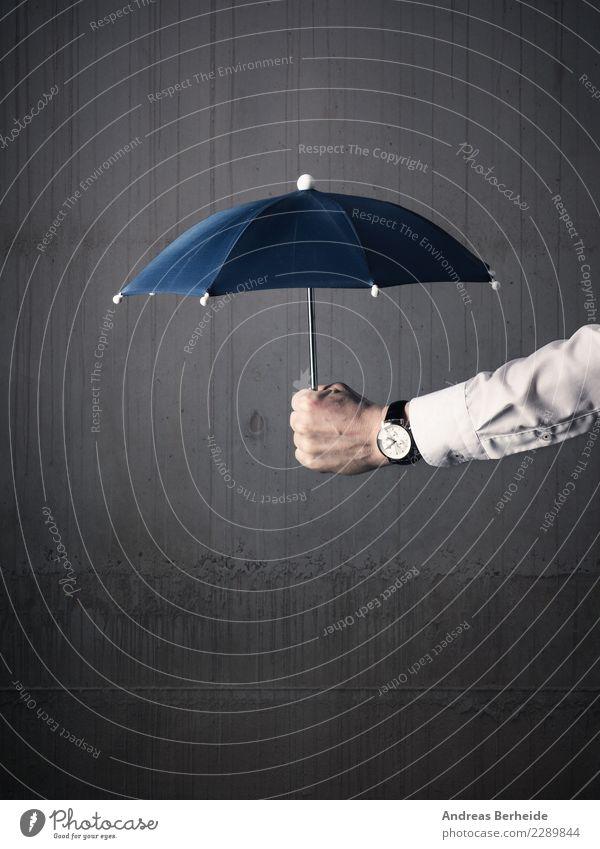 Schutzschirm Mensch Mann Hand Erwachsene Wand Business Mauer Erfolg Zukunft bedrohlich Sicherheit trocken Risiko Regenschirm Dienstleistungsgewerbe