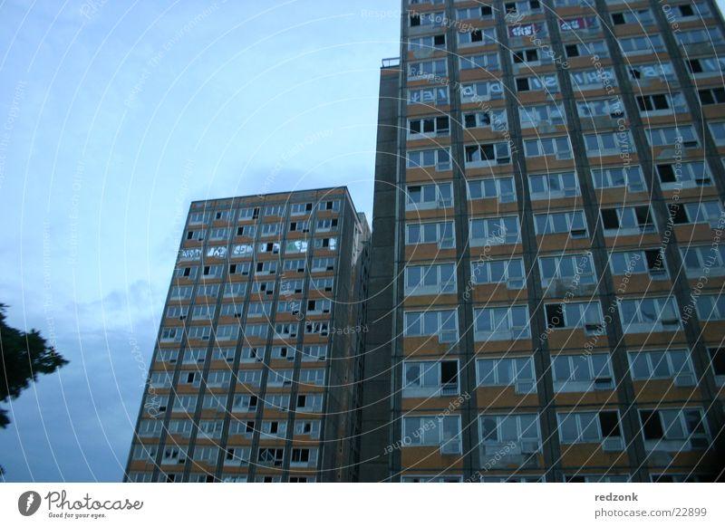 Abriss-Platte Hochhaus verfallen Demontage untergehen Dämmerung Fenster kaputt Architektur Plattenbau leerstehend Abend demoliert