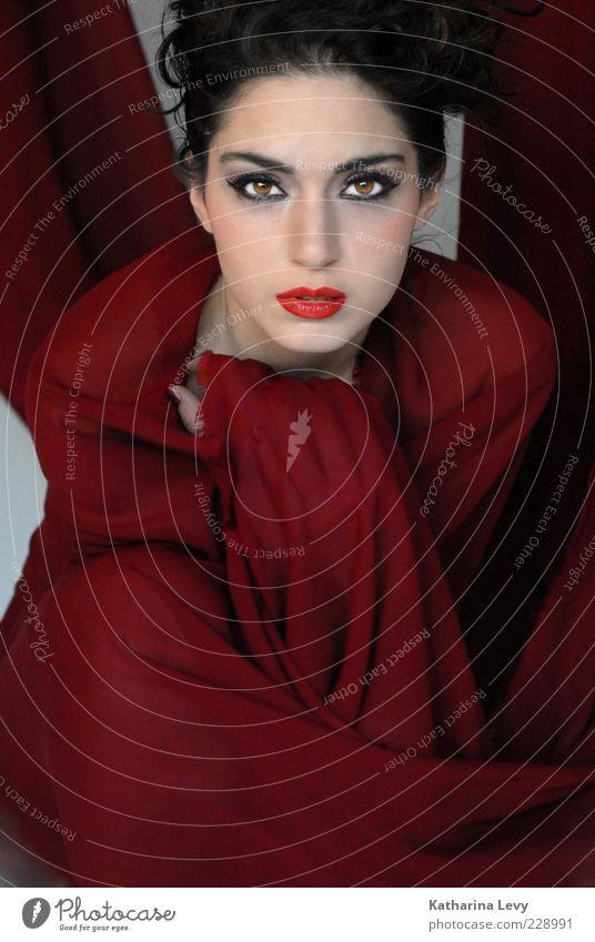 rotes Tuch elegant Stil schön Kosmetik Schminke Lippenstift Wimperntusche Erholung Mensch feminin Junge Frau Jugendliche Erwachsene Gesicht 1 18-30 Jahre Mode